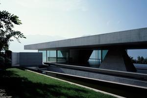 Die gesamte Konstruktion ruht auf zwei Punkten – in Diagonalrichtung sind die 24 auf12m großen Deckenplatten Mittelfeldträger