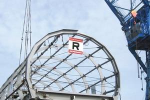 Die Überbauten der Stegbrücke West und der Drehbrücke wurden auf Pontons verladen und zur Baustelle gebracht<br />