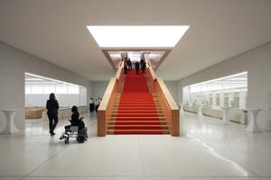 Treppe hinauf zum Allgemeinen Lesesaal. Links die Sitzgruppe, rechts der Online-Katalog.