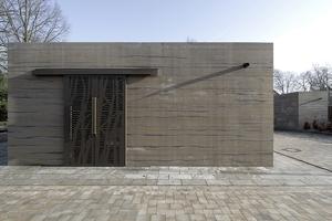 Südwestansicht Infopavillon mit Schiebtüren, aus denen Baum- und Buschsilhouetten geschnitten wurden