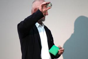 Peter Zumthor zeigt die Medaille