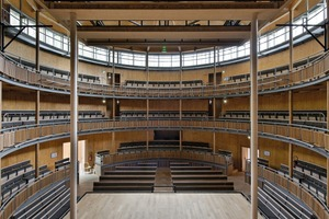 Blick in den Zuschauerraum: vorne der Bühnenrand. Tageslicht und die natürliche Belüftung des großen Volumens waren wesentliche Themen in der Planung
