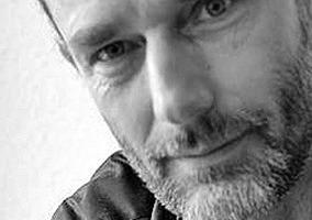"""<div class=""""autor_linie""""></div><div class=""""metainfo"""">Autor</div><div class=""""autor_linie""""></div><div class=""""fliesstext_vita""""><span class=""""ueberschrift_hervorgehoben"""">Dipl.-Ing. Robert Mehl </span>(1969) studierte Architektur an der RWTH Aachen und ist seit 2004 Mitglied der Architektenkammer. Nachdem Studium war er als freier Mitarbeiter beteiligt unter anderem an der Planung und dem Bau der Apostolischen Nuntiatur in Berlin, dem Gallileo Hochhaus in Frankfurt/M und der Sanierung von Burg Altena im Sauerland. Heute lebt er wieder in Aachen und arbeitet als Architekturjournalist und -fotograf. Seit 2016 ist er Mitglied im Verband Freischaffender Architekten VFA.</div>"""