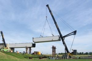 Die Montage erfolgte von beiden Uferseiten aus. Auf dem Land erfolgte sie per Kran, das Hauptfeld der Strombrücke wurde mit Pontons eingeschwommen<br />
