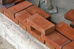 Das Lochmuster in der Eingangsfassade ist als ganzsteiniger Blockverband gemauert