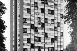 1960: Architekt Raymond Lopez entwarf den Tour Bois-le Prêtre in Stahlbetonkonstruktion mit parallelen Betonscheiben und vorgehängter Fassade