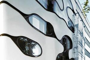 Die Verglasung der Fenster stammt von Arcon. Mit Sunbelt Crystal 60/30 wird ein g-Wert von 32 % bei einer Lichtdurchlässigkeit von 60 % erreicht. Das Wärmedämmglas Arcon N33 mit einem U<sub>g</sub>-Wert von 1,1 sorgt für einen erhöhten Schallschutz für Räume die den Geräuschemissionen des Schanzenviertels ausgesetzt sind
