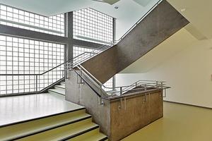 Das Haupttreppenhaus mit den originalen, vor den Glaswänden liegenden Heizradiatoren wurde lediglich ertüchtigt