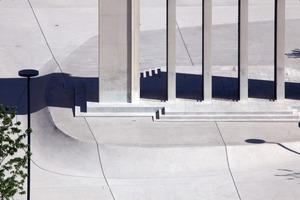 Die Betonoberfläche besteht aus max.10 m² großen Platten. Über Fugen läuft das Wasser ab und versickert vor Ort