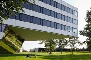Die Flächen am Gebäudesockel schaffen einen optischen Verbindung zwischen Bauwerk und Umgebung<br />
