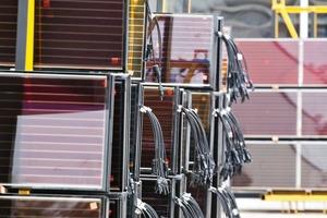 Die Grätzelzelle, benannt nach Prof. Michael Grätzel, der die Solarzelle entwickelte, enthält einen Farbstoff (eine Mischung aus natürlichen und künstlichen Farbstoffmolekülen), der ähnlich wie das Chlorophyll in der Natur das Licht aufnimmt und in Energie umwandelt