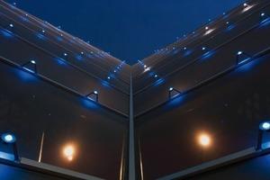 Gut 5 400 LED-RGB-Lichtpunkte sind über die Fassade verteilt und im Raster angeordnet<br />