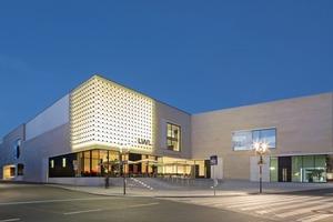 """Auf eine Fassadenbeleuchtung des Neubaus wurde verzichtet. Lediglich die instandgesetzte Lichtskulptur """"Silberne Frequenz"""" von Otto Piene erstrahlt an der Museumsfassade"""