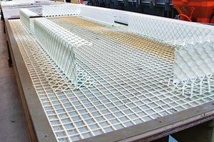 """<div class=""""6.6 Bildunterschrift / Herstellerangaben"""">Für die Schubgitter wurde epoxidharzgetränkte, alkaliresistente (AR)-Glasfasern zu T-, I- und L-Elementen geformt. Sie verbinden die 220mm starke Innenschale der Sandwichelemente mit der Außenschale aus hochwertigem C50/60 Architekturbeton mit Glas-faserbewehrung</div>"""