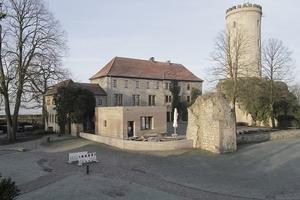 Sparrenburg, erster Hof, Blick auf Besucherzentrum am historischen Zugang zum Innenhof mit Turm