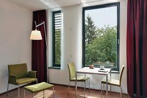 """<div class=""""4.1 Bildunterschrift"""">links: Um Frischluft zu gewähren, aber Fluchtgefahr vorzubeugen, besitzt jedes Zimmer zwei Fenster: Ein breites festverglastes, sowie ein schmales</div>"""