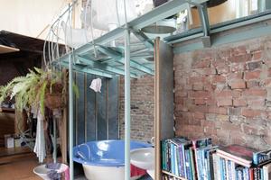 Im anderen Atelierlflügel: Offens Bad unter offener Küche<br />