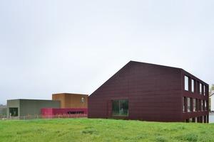 Die umgebaute Primarschule mit dem im Hintergrund liegenden Kindergarten. Beides stammt aus der Feder von L3P Architekten