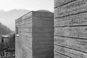 Fassadenoberfläche: Stampflehm mit horizontaler Ziegeleinlage