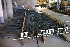 Die Betontechniker im Betonfertigteilwerk bereiteten die Bewehrung vor und legten diese dann in die Schalung ein