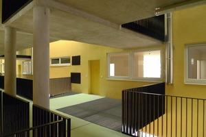 Vor den Wohnungen bietet der Laubengang Platz für Sitzmöglichkeiten oder Pflanzen<br />