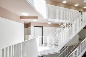 Jedes der fünf Häuser verfügt über einen großzügigen, zentralen Treppenraum, der im Schnitt 35 Wohneinheiten erschließt. Als Treppenskulptur sehen die Architekten ihn in der Tradition der Wiener Gründerzeit-Stiegenhäuser
