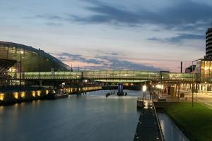 Die Brücke wird auf ihrer gesamten Länge künstlich beleuchtet. Dadurch kann sie tageslichtunabhängig genutzt werden<br />