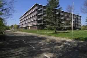 Zugang zum Pavillongelände auf der Südseite (hier Pavillon Nr. 4, fertiggestellt 1983-84 von Kammerer und Belz nach Eiermann-Plänen)