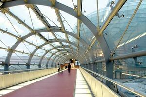Der Bodenbelag der Brücke besteht aus zwei seitlichen, 90 cm breiten, begehbaren Glasstreifen aus dreifach-VSG-Glas mit transluzenter Folie. Im mittleren Bereich zieht sich roter Gussasphalt wie ein Band durch die Röhre<br />