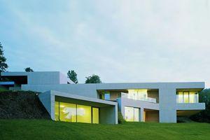 """Mit zehn anderen in der Endrunde: """"Wohnhaus in Oberösterreich"""" von LP Architektur.  Die Hanglage des Grundstücks wird durch einen flachen Baukörper betont. Die loggienartigen Rücksprünge des skulpturalen Gebäudes sind mit Holz ausgeschlagen und markieren damit die Öffnung des Baukörpers."""
