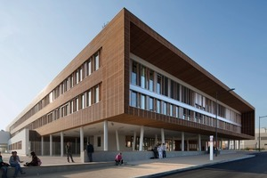 Das Schulgebäude lädt mit einem großzügig überdachten Vorplatz, der in das lichtdurchflutete Atrium übergeht, zum Eintreten ein<br />