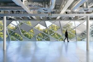 """Für die transparenten Bereiche des Glasdachs wählten die Planer die<br />GEWE-therm<sup>®</sup> multi<br />Isolierglasscheiben mit neutraler Sonnenschutzschicht und zeitgemäßen Sicherheitseigenschaften.Die Einheiten sind aus dem Einscheibensicherheitsglas GEWE<sup>®</sup>-dur und dem Verbundsicherheitsglas GEWE<sup>®</sup>-safe aufgebaut, das sich besonders für Überkopf-Verglasun-gen und Fassaden eignet. Insgesamt wurden 2670 Scheiben und Solids auf dem Dach montiert<br /><br /><br />SCHOLLGLAS D+E GmbH<br /><a href=""""http://www.schollglas.com"""" target=""""_blank"""">www.schollglas.com</a>"""