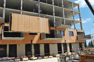 Die Tragkonstruktion ist als Betonskelett ausgeführt, darauf reagieren die Architekten mit Flachstählen, die die Toleranzen aufnehmen