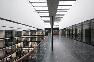 Ebene 5: links der Luftraum des Foyers mit Tageslichtdecke, rechts der Sitzungssaal auf Bürgermeisterebene. Dafür ein Raum wie unterm freien Himmel