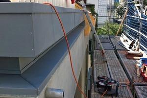 """<div class=""""10.6 Bildunterschrift"""">Die erhöhte Dachtraufe schließt die Dachfläche ab und verbirgt die Terrassengeländer zum Teil</div>"""