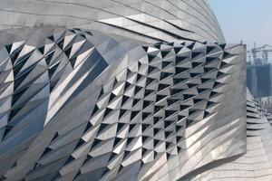 """<div class=""""13.6 Bildunterschrift"""">Um Platz für die Oper zu gewinnen, wurden die Konferenzsäle als bestimmendes Formelement aus der Fassade gerückt</div>"""