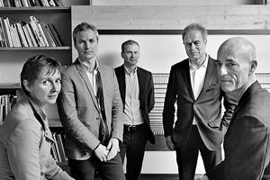 """<div class=""""fliesstext_vita""""><strong>Herzog &amp; de Meuron, Basel/CH</strong><br />v.l.: Christine Binswanger, Ascan Mergenthaler, Stefan Marbach, Pierre de Meuron, Jacques Herzog. Jacques Herzog und Pierre de Meuron gründeten 1978 in Basel das Architekturbüro Herzog &amp; de Meuron. Die Firma wird heute von einem Team aus fünf Senior Partnern geleitet und beschäftigt weltweit 400 Mitarbeiter.<br />Zu ihren bekanntesten Bauten gehören die Tate Modern in London/GB, das Olympiastadion in Peking/CN und die noch im Bau befindliche Elbphilharmonie in Hamburg. Jacques Herzog und Pierre de Meuron wurden 2001 mit dem Pritzker Preis und 2007 mit dem Praemium Imperiale geehrt.</div>"""