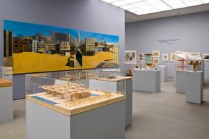 """Das großformatige Wandgemälde von Arduino Cantaforas  """"La citta analoga"""" für die XV. Triennale di Milano 1973 ist auch Bestandteil der Ausstellung"""
