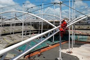 Argentinische Gebirgskletterer spannten diePTFE-Planen in schwindelerregender Höhe über das leichte Stahltragwerk