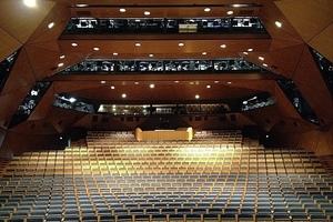 Das Schauspiel in Stuttgart ist durch eine expressive Wand- und Deckenfaltung akustisch verbessert worden