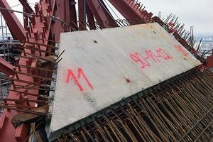 Die Betonfertigteile wurden mit rechteckigen Stahlzapfen auf die Träger aufgelegt