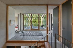 Indem die Architekten bodentiefe Glaswände einzogen und durchwohnte Grundrisse entwarfen, schufen sie helle Räume. Gleichzeitig minimierten sie durch die immer an der gleichen Stelle befindlichen tragenden Wände die Kosten