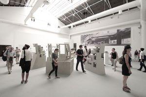 """Der Silberne Löwe für den besten Nachwuchsbeitrag geht an Grafton Architects (Yvonne Farrell and Shelley McNamara) für ihre """"beeindruckende Präsentation"""" ihres Universitätsprojekts in Lima/Peru, in welchem sie sich ausdrücklich auf die Haltung Paulo Mendes da Rocha beziehen"""