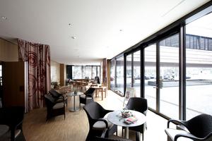 Gemeindecafé mit Blick auf den Innenhof und in den Gemeindesaal (die linke Wand kann bei Bedarf zum Saal geöffnet werden). Auf die Möblierung des Cafés hatten die Architekten keinen Einfluss