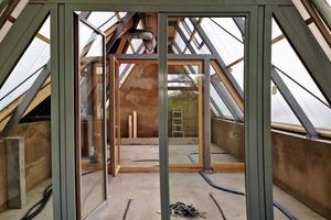 """<div class=""""10.6 Bildunterschrift"""">Die Konstruktion der Dachflächen ist als Luftkollektor ausgebildet und dient der Energiegewinnung und dem Wetterschutz</div>"""