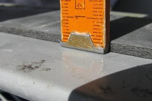 Bild6: Dichtband auf der Unterseite des Untergurts (das Geländerelement ist hier gedreht)<br />