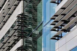 Für die Demonstration der Fassade stellten HPP Architekten in einer nahe gelegenen Fabrikhalleein Mock-up her