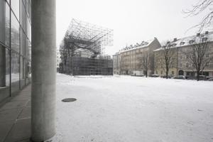 Die für München aktualisierte Gerüstskulptur kragt nicht wie in Berlin zu allen Seiten, sondern nur über die Längsseiten in den Stadtraum aus