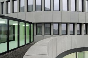 Rechts: An der Schnittstelle der beiden Gebäuden verbindet eine Stahl-Glas-Konstruktion die Übergänge