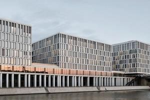 Gelungen an dem Entwurf von KSP Jürgen Engel Architekten ist, dass der Gebäudekomplexweder als unangenehmer Klotz noch als Barriere zwischen Stadt und Ufer in Erscheinung tritt